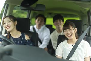ドライブをする若者の写真素材 [FYI04728798]