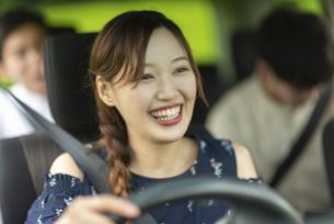 ドライブをする若い女性の写真素材 [FYI04728800]