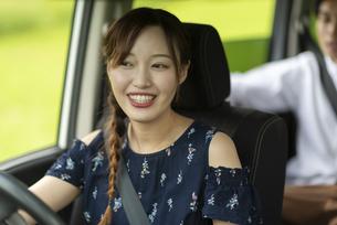 ドライブをする若い女性の写真素材 [FYI04728802]