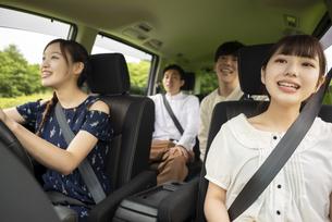 ドライブをする若者の写真素材 [FYI04728803]