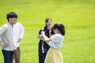 草原で笑い合う若者の写真素材 [FYI04728812]