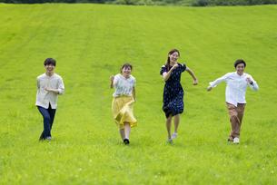 草原を走る若者の写真素材 [FYI04728817]