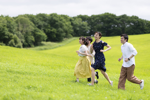 草原を走る若者の写真素材 [FYI04728819]