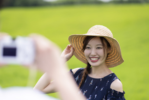 草原でポーズをとる女性の写真素材 [FYI04728821]
