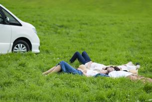 草原で寝転ぶ若者の写真素材 [FYI04728854]