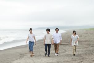 海辺を歩く若者の写真素材 [FYI04728868]