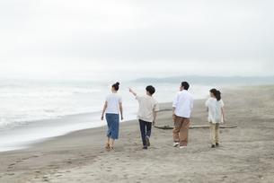 海岸を歩く若者の後ろ姿の写真素材 [FYI04728870]