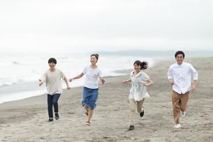 砂浜を走る若者の写真素材 [FYI04728872]