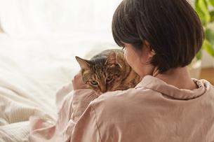 人に抱きかかえられている猫の写真素材 [FYI04728877]