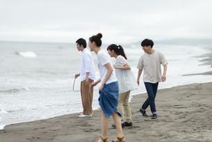 海辺で遊ぶ若者の写真素材 [FYI04728886]
