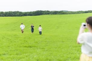 草原で遊ぶ若者の写真素材 [FYI04728928]