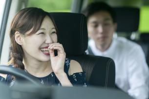 ドライブをする若者の写真素材 [FYI04728939]
