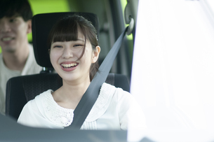 ドライブをする若者の写真素材 [FYI04728940]