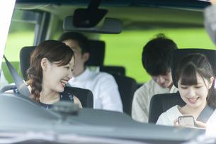 ドライブをする若者の写真素材 [FYI04728942]