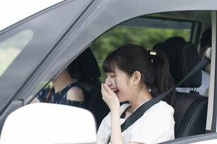 ドライブをする若者の写真素材 [FYI04728943]