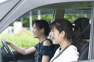 ドライブをする若者の写真素材 [FYI04728944]