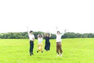草原で跳ぶ若者の写真素材 [FYI04728947]