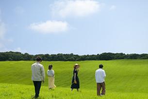 草原を歩く若者の写真素材 [FYI04728953]