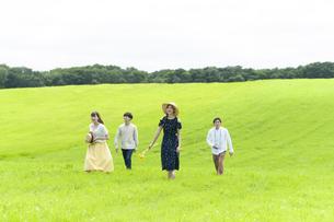 草原を歩く若者の写真素材 [FYI04728956]