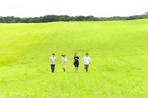 草原を走る若者の写真素材 [FYI04728959]