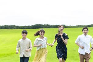 草原を走る若者の写真素材 [FYI04728960]