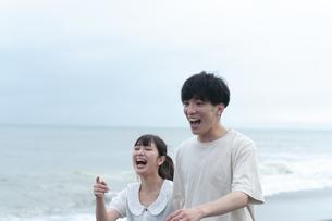 海辺で笑うカップルの写真素材 [FYI04728987]