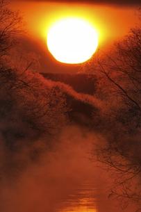 厳冬期の川に昇る朝日(北海道・鶴居村)の写真素材 [FYI04729032]