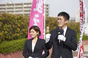 選挙活動をする男性と女性の写真素材 [FYI04729075]