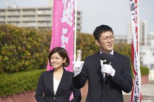 選挙活動をする男性と女性の写真素材 [FYI04729077]