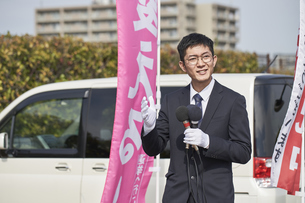 選挙活動をするスーツを着た男性の写真素材 [FYI04729087]