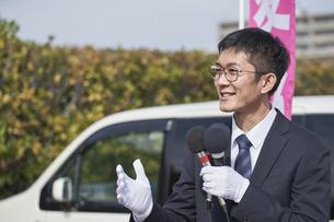 選挙活動をするスーツを着た男性の写真素材 [FYI04729092]