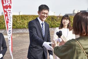 選挙活動をするスーツを着た男性の写真素材 [FYI04729105]