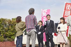 選挙活動をするスーツを着た男性の写真素材 [FYI04729113]