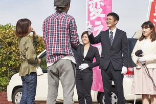 選挙活動をするスーツを着た男性の写真素材 [FYI04729115]