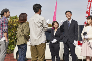 選挙活動をするスーツを着た男性の写真素材 [FYI04729117]
