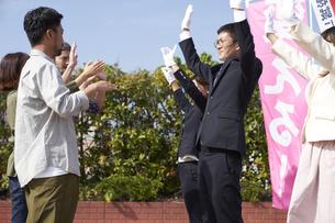 選挙活動をするスーツを着た男性の写真素材 [FYI04729123]