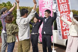 選挙活動をするスーツを着た男性の写真素材 [FYI04729124]