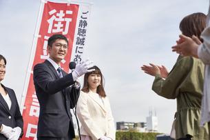 選挙活動をするスーツを着た男性の写真素材 [FYI04729127]