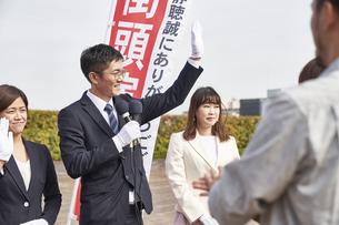 選挙活動をするスーツを着た男性の写真素材 [FYI04729128]