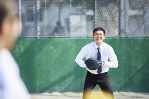 スーツでキャッチボールをする男性の写真素材 [FYI04729257]