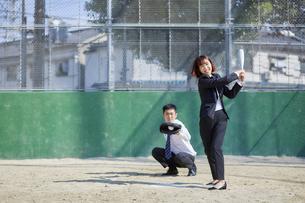 スーツで野球する男女の写真素材 [FYI04729258]
