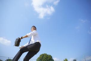 青空の下で野球をするスーツ姿の男性の写真素材 [FYI04729264]