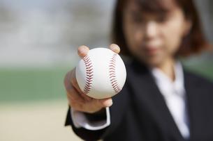 ボールを握りしめるスーツの女性の写真素材 [FYI04729268]