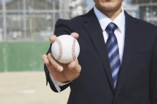 ボールを握りしめるスーツの男性の写真素材 [FYI04729269]