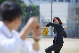 スーツ姿で野球をする男女の写真素材 [FYI04729271]
