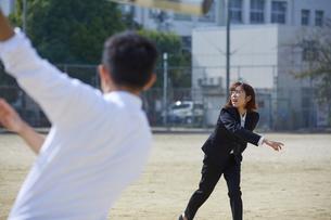 スーツ姿で野球をする男女の写真素材 [FYI04729272]