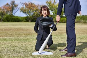 芝生で野球をする男女の写真素材 [FYI04729280]