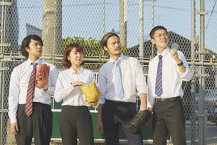 野球道具を持って並ぶ4人のスーツを着た男女の写真素材 [FYI04729290]
