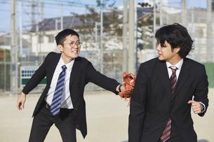 タッチアウトをするスーツの男性2人の写真素材 [FYI04729292]