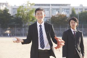 スーツで野球をする2人の男性の写真素材 [FYI04729293]